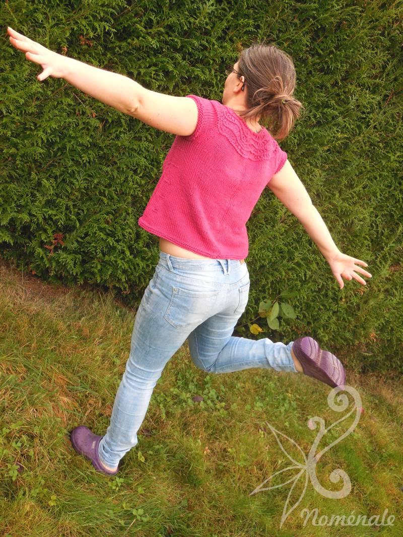 Alors là je prends une pose bizarre parce que c'est rigolo, en fait ! Les sabots c'est pour la boue dans le jardin. Ah et, juste pour vous montrer mon dévouement, il fait 5°C !